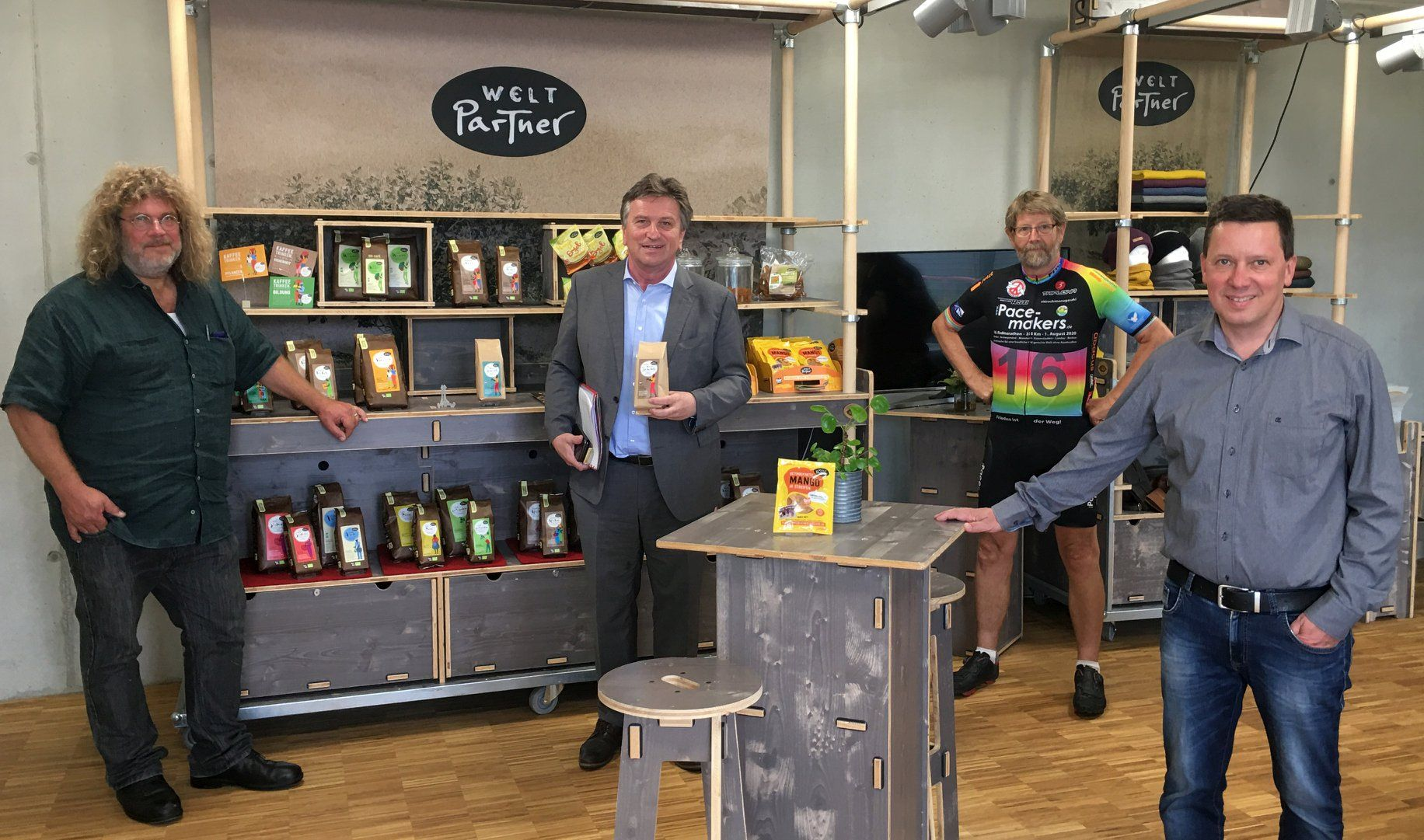Mit Weltpartner hat eines der größten deutschen Fairhandels-Unternehmen seinen Sitz jetzt im Ravensburger Gewerbegebiet Erlen. Von links nach rechts: Vorstand Rainer Ziesel, Manne Lucha, Aufsichtsratsvorsitzender Kajo Aicher und Vorstand Thomas Hoyer.